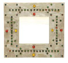 Espejo con un marco decorado con canicas de colores, de 60x60 cm, 99 €, en Nogalina