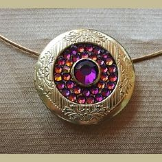 http://aupaysdessenteurs.com/1065-2913-thickbox/collier-cristal-de-swarovski-volcano-collier-ras-de-cou-rigide-pendentif-porte-photo-couleur-or-artisanal.jpg