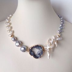 Interesting and cool Pearl Necklace Designs, Pearl Jewelry, Wire Jewelry, Beaded Jewelry, Vintage Jewelry, Jewelry Necklaces, Handmade Jewelry, Jewlery, Fashion Necklace