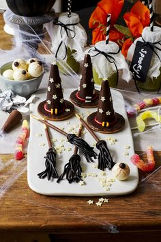 Fancy making some Witches' Hats And Broomsticks this Halloween? Fancy making some of these Witches' hats and broomsticks for Halloween? Halloween Food For Party, Halloween Treats, Halloween Decorations, Halloween Sweet 16, Halloween Recipe, Halloween Cookies, Halloween 2017, Fall Decorations, Spooky Halloween