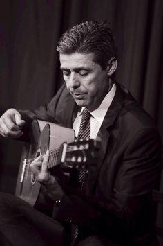 """Hola Amigos En nuestra sección """"FOTOGRAFÍA FLAMENCA"""" de esta semana, hemos elegido a un gran Maestro del Toque, hablamos de Pedro Sierra, sevillano de adopción desde el año 1990. Pedro Sierra es uno de los guitarristas más conocidos del panorama Flamenco, debido a su polivalencia con las tres facetas del toque, el cante, el baile y la guitarra solista, Pedro Sierra ha sabido conjugar las tres disciplinas con gran maestría. www.fundacionguitarraflamenca.com"""