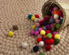 Aufgrund seiner weißen Farbe ist es nicht leicht, sofort alle Details des Roshni-Teppichs wahrzunehmen. Seine neutrale Farbe eignet sich für moderne Zimmer.  Bestellen Sie Ihren Roshni Teppich unter http://www.sukhi.de/rund-roshni-filzkugelteppiche.html