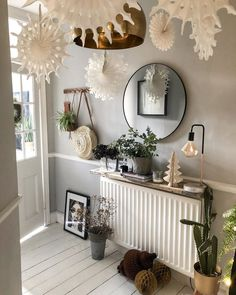 Cosy welcoming Christmas entrance. Love the giant snowflakes and fairy lights – Top Trend – Decor – Life Style Christmas Hallway, Hygge Christmas, Christmas Party Decorations, Christmas Centerpieces, Small Hallway Decorating, Christmas Interiors, Small Hallways, Fairy Lights, Craft