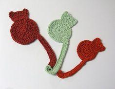 Côté crochet, je me suis amusée à faire des marque-pages à silhouette de chat ! C'est très amusant à faire ! Abréviations : ml (maille en l'air), b (bride), ms (maille serrée), mc (mail…