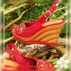 Sandalias tejidas a mano Crochet Sandals, Crochet Shoes, Designer Dresses, Adidas Sneakers, Knitting, Crafts, House, Fashion, Beaded Jewelry