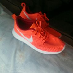 Nike Roshe Run Men's sz 7/Women sz 9. In great condition only worn a few times. Box included. Nike Shoes Sneakers