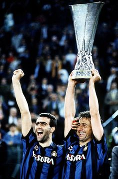 Inter's Giuseppe Bergomi & Riccardo Ferri lift the UEFA Cup 1991 Inter Sport, Retro Football, Europa League, Football Players, Soccer, Club, Celebrities, Memories, Hs Sports