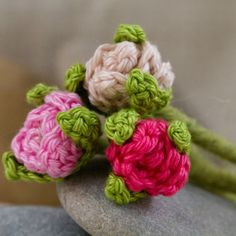 Drei Häkelrosen - Three crochet roses...Tiny little roses..perfect for jewelry...free pattern!