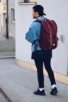 If you're serious about school, your backpack will probably be the hardest-working item in your wardrobe. Since not all backpacks are created equal, keep reading on our back-to-school backpack style for 2018 to help you stay on the top of your game. Nike Sneakers, Sneakers Fashion, Retro Fashion, Mens Fashion, Back To School Backpacks, Hipster Looks, Urban Fashion Photography, Levis Jacket, H&m Jeans