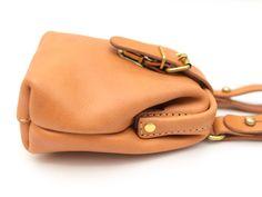 口枠タイプのベルトポーチ。差し込み金具で簡単に開閉でき、マチがあるので二つ折り財布、スマートフォン、コンパクトデジカメがすっぽり入ります。コロンとしたフォルムで使う人を選びません。 Leather Pattern, Leather Bags, Purses And Bags, Basket, Shoulder Bag, Crafts, Fashion, Purses, Totes