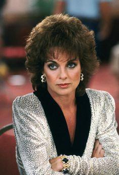 A 74 ans, Linda Gray (Sue Ellen) a-t-elle eu recours à un lift. Serie Dallas, Dallas Tv Show, Anne Boleyn, Hollywood Glamour, Classic Hollywood, 80s Fashion, Fashion Beauty, Spin, Post Mortem