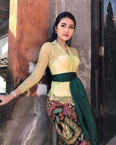 Kebaya Bali, Kebaya Dress, Kebaya Brokat, Model Kebaya Modern, Bali Girls, Myanmar Women, Indonesian Girls, Cute Girl Photo, Dress Silhouette