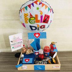 Desayuno Regalo Sorpresa Pepitas Azul Diy Birthday Box, Minnie Mouse Birthday Decorations, Gift Box Design, Candy Boutique, Towel Cakes, Birthday Breakfast, Weird Gifts, Surprise Box, Ideas Para Fiestas