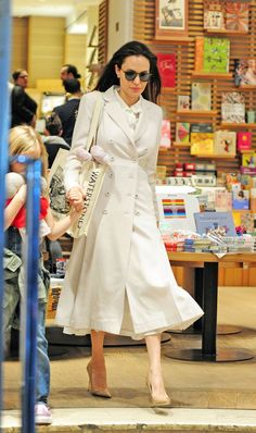 On a visit to the bookstore, Angelina Jolie gave the librarian look some Casablanca-era glamour. Angelina Jolie Pictures, Angelina Jolie Style, Monochrome Fashion, Work Fashion, Glamour, Celebs, Celebrities, Elegant Outfit, Street Style Women
