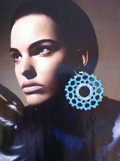 orecchini all'uncinetto,dipinti a mano nei toni dell'azzurro,con glitter argentati sull'anello centrale ,e vetrificati.