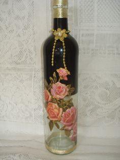 Pintura em frasco vazio de vinho mais decoupagem.