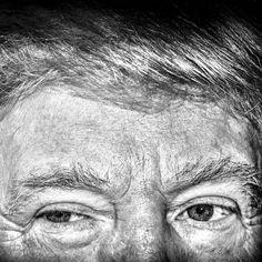 Le petit théâtre de la politique US par le célèbre photojournaliste américain Mark Peterson @markpetersonpixs @reduxpictures #politicaltheatre #politicsinblackandwhite  Sur cette photo Donald Trump lors d'un meeting dans l'Iowa/ Donald #Trump during rally in Iowa by parismatch_magazine
