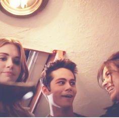 Holland Roden (Lydia Martin), Dylan O'Brien (Stiles Stilinski) and Crystal Reed (Allison Argent) on the set of Teen Wolf. Dylan O'brien, Teen Wolf Dylan, Teen Wolf Stiles, Teen Wolf Cast, Teen Wolf Funny, Teen Wolf Memes, Teen Wolf Tumblr, Alphabet A, Argent Teen Wolf
