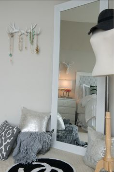 Beautiful grey bedroom with grey decor and grey wall paint color. Gray Interior, Luxury Interior Design, Gray Painted Walls, Teen Girl Bedrooms, My New Room, Room Inspiration, Home And Family, Bedroom Decor, Jewelry Hanger