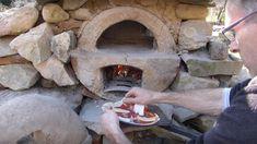 Barnabé Chaillot est un youtubeur qui prend le game de la pizza très au sérieux. Dans sa dernière vidéo, il explique comment bricoler un four à l'aide d'un vieux chauffe-eau et d'un peu d'argile.