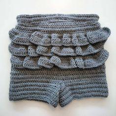 Disse skønne flæseshorts er et must i enhver lille piges garderobe. De kan bruges året rundt, med eller uden strømpebukser under. De kan naturligvis også laves uden flæser til drengebørn, eller hvi…