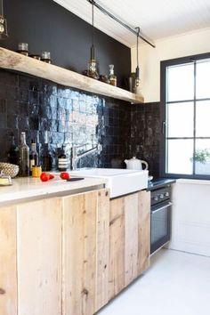 Zellige dans la déco, cuisine en bois, crédence en carreaux noirs