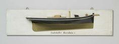 Anonymous | Halfmodel van de loodskotter Soerabaia, Anonymous, c. 1860 - c. 1880 | Gepolychromeerd blokmodel(?) (stuurboord) van een eenmast kotter. Verticale voorsteven. Overhangend hek met klein, plat hekkebord; roer met ronde roerkoning (Amerikaans roer) en afgerond roerblad. Aan dek een dekopbouw en een opgang. De zeeg loopt naar beide uiteinden iets op, een reehout. V-vormig onderwaterschip met veel stuurlast. De boegspriet ligt naast de voorsteven. Schaal 1:25 (schaal op model).