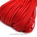 Band Lederoptik flach Rot 2,5 mm - 5 m - dieses schicke Band können Sie auf viele verschiedene Arten einsetzen. Es wird gernefür die Herstellung von Ketten und Armbändern genutzt.Material: PolyuretanBreite:2,5 x 1mmLänge:5 mDieses Band kann nur jeweils als5 Meter geliefert werden.