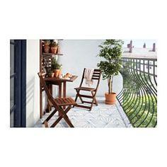 IKEA - ÄPPLARÖ, Panel prd+mesa pleg+2 sill, Para ganar espacio, pliega la mesa cuando no la utilices.Se mantiene estable incluso en suelos irregulares, gracias a los pies regulables.Silla plegable, perfecta para cuando tienes invitados.Ponle un cojín que te guste y, además de personalizarla, te resultará aún más cómoda.Para prolongar la duración y conservar el aspecto natural de la madera, el mueble ha sido tratado con varias capas de barniz para madera semitransparente.