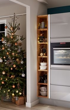 Will you be decorating your kitchen this Christmas? We love the subtle Christmas hints using fairy lights and baubles in this kitchen. For more inspiration, visit Howdens.