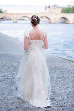 Robe Joséphine, taille haute, empiècement drapé et brodé de perles, décolletée carré et petites manches