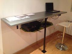 Bureau style mange debout en partie suspendu en acier brut et étagère acier laquée