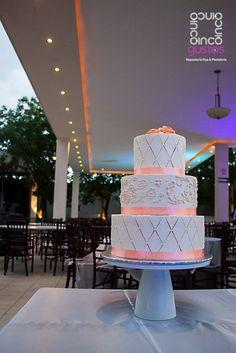 Pastel de boda con detalles y flores de betún color salmón. Salmon buttercream flowers wedding cake