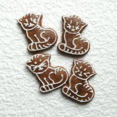 Perník - kočka Kočka k nakousnutí vyrobená z perníkového těsta, zdobená kornoutkovou technikou. Cena za 1 kočku. Posílám jako křehké zboží, aby cestou nedošlo k úhoně. Christmas Gingerbread, Gingerbread Cookies, Christmas Cookies, Crinkle Cookies, Sugar Cookies, Crinkles, Biscotti, Cookie Decorating, Food And Drink