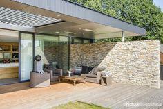 Steenstrips overdekt terras - lichte kleur mooi in combinatie met hout en antracietkleurige afwerking.