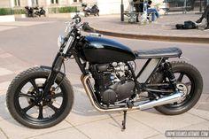 """Joanny souhaitait nous présenter sa Yamaha XS 400, voici son petit mot et ses photos : """"Salut, Voici mon 1er projet, sur base d'une Yamaha XS 400 de 1981, soit une bécane de 33 ans alors que j'en a..."""