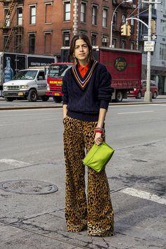 Leandra Medine - calça de oncinha e tricot gola v - básicos - inverno - street style Leandra Medine, Casual Outfits, Fashion Outfits, Fashion Trends, Fashion Weeks, Moda Fashion, Womens Fashion, Mode Hippie, Looks Street Style