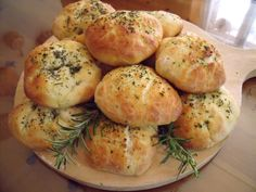 Panfocaccia ne vengono 12/13,cuocere mezz'ora, sono buonissime. Savoury Biscuits, Rustic Bread, I Love Pizza, Bread And Pastries, Daily Meals, Food Inspiration, Italian Recipes, Food To Make, Food And Drink