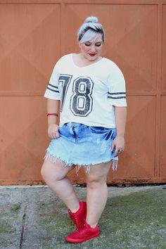 Look plus size com tênis e short jeans: desafio do ano! Mais