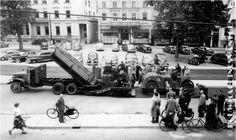 5301  Arnhem. Leggen van asfalt op het Willemsplein met de eerste BARBER GREENE OLDING afwerkmachine bij Bruil.                        1953  Foto gemeente archief arnhem