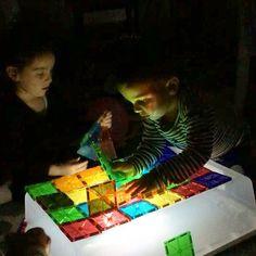 Kids loved it @kristenp86 . #magnatiles ışıklı masa istiyodum çocuklara. Araştırdım 300 dolardan başlıyo. Yemek masası alırsın o paraya diyerekten çözüm bulundu. Plastik kutu ve pilli led kamp lambası. 12 dolarmı ne tuttu. Bi ışık daha lazım iyi güç için. Yada kenarlarına koyu renk kağıt yapıştırabilir,  o zaman ışık yayılmaz. Bakicizzzz. Al sana duyu oyunları. #lightable