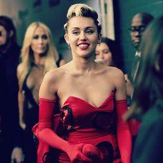 WATCH Miley Cyrus Host MTV VMAs 2015 Live Stream: Pharrell, The Weeknd, Demi Lovato Perform - http://imkpop.com/watch-miley-cyrus-host-mtv-vmas-2015-live-stream-pharrell-the-weeknd-demi-lovato-perform/