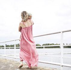 Un colis #numero74 est arrivé hier soir chez #citrongrenadine #louvainlaneuve #lln  on a reçu beaucoup de robes dans toutes les tailles  pour les petites filles et pour les mamans, avec et sans manches, dans de jolies couleurs, tout sera installé pour le début de l'après-midi #efficaceslescitrons  #ninadress #miadress #mumdress #mumandgirldress #handmade #gazedecoton