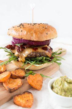 Selbstgemachter Burger mit Süßkartoffel Pommes Salad In A Jar, Salmon Burgers, Hamburger, Salads, Easy Meals, Food And Drink, Diy, Cooking, Breakfast
