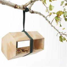 zelf een voerplekje voor vogels maken. Dit model zou kunnen. Alleen voor het ophangen zou ik wat anders willen bedenken.