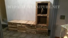 Nicolas has sent us this piece of furniture which I think is excellent. Suitable for a living room, ideal to use as a TV cabinet, it's composed of a base with Pallet Furniture Tutorial, Palette Diy, Pallet Shelves, Plank, Entryway, Diy Projects, Living Room, Building, Tv