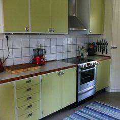 """Nytillverkade """"retro"""" köksluckor och lådfronter på Ikeastommar. Också bänskiva med Virrvarr och teakkant"""
