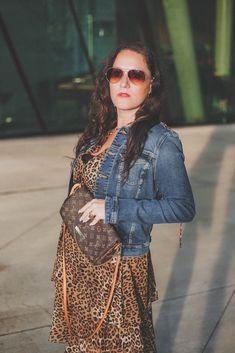 Trendteil Jeansjacke - der zeitlose Modeklassiker kombiniert zu einem Leoprint Kleid, Jeansjacke, Sonnenbrille // Herbstoutfit, Modeblog, www.miss-classy.com #leoprintkleid #jeansjacke #mode #fashionblogger #modetrends Fashion Weeks, Fashion Outfits, London Fashion Bloggers, Paris Fashion, Real Style, Your Style, Heutiges Outfit, Animal Print Fashion, Parisian Style