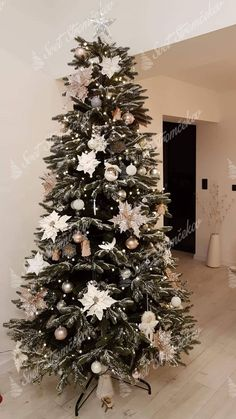 Ako ozdobiť vianočný stromček ? trendy pre rok 2020   Svet Stromčekov Trendy, Christmas Tree, Holiday Decor, Home Decor, Noel, Teal Christmas Tree, Decoration Home, Room Decor, Xmas Trees