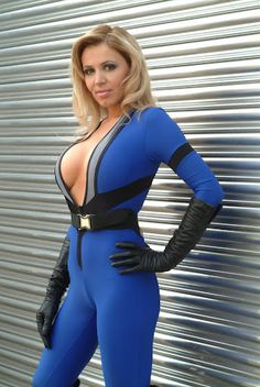 Character: The Invisible Girl (aka Sue Storm Richards) / From: MARVEL Comics 'The Fantastic Four' / Cosplayer: